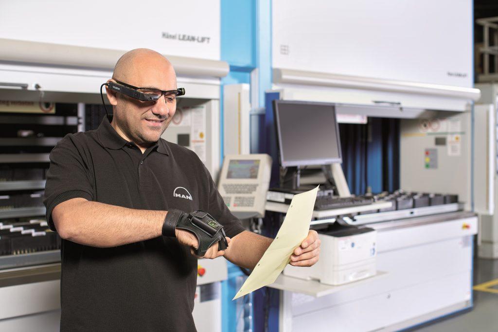 Mitarbeiter scannt Dokument beim Kommissionieren. Bildnachweis: Hänel GmbH & Co. KG